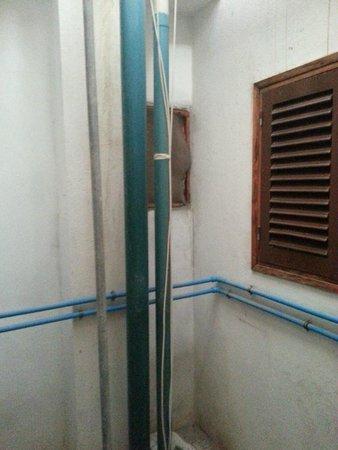 Apartamentos Alba : la cameretta si affaccia su un cubicolo su cui si aprono le finestre dei bagni di altri appartam