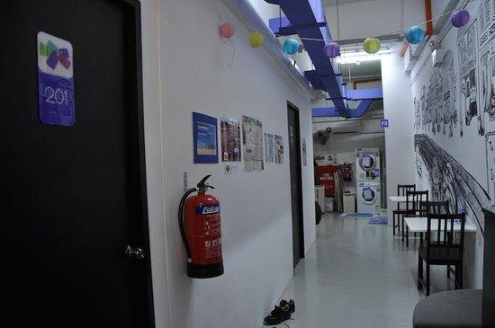 Five Stones Hostel: Corridor