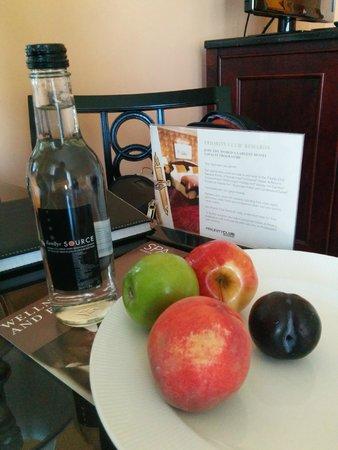 InterContinental Buckhead Atlanta: Water and Fruit