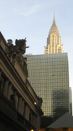 Chrysler Building: Parte superior del edificio entre otros de Manhattan