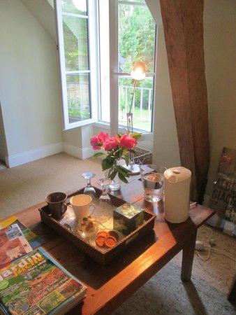 Le Moulin du Mesnil : Coin salon dans notre chambre, Yvonne avait mis du thé, du café, des biscuits, de l'eau....parfa
