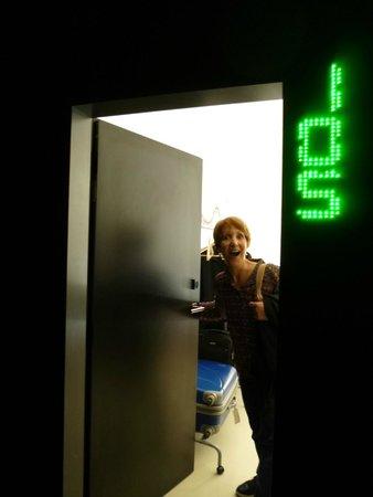 NYX Prague: Pasillo y entrada al cuarto