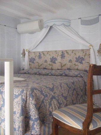 Corte de'Neri: Beautiful big double bed in our suite at the Corte dei Neri