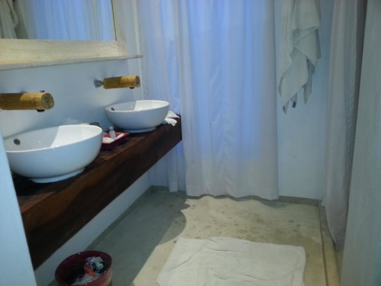 Hotel Cabanas Tulum : Bath with very big shower