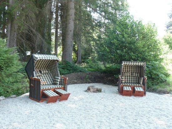 Landgasthof Zum Tierpark: Strandkörbe am Bramersbachufer