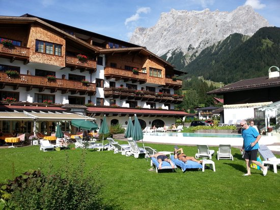 Family Wellnesshotel Tirolerhof: Vue de l'hôtel depuis le jardin