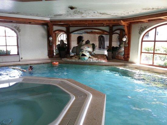 Family Wellnesshotel Tirolerhof: Vue de la piscine intérieur avec le jacuzzi