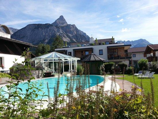 Family Wellnesshotel Tirolerhof: Vue de la piscine extérieure