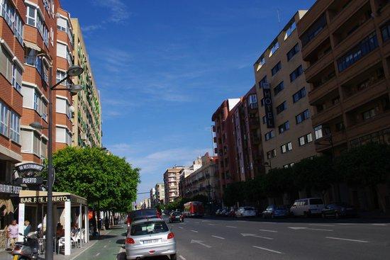 NH Ciudad de Valencia: Hotel vanaf de overkant van de straat
