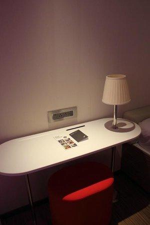 citizenM London Bankside: USB & international power sockets