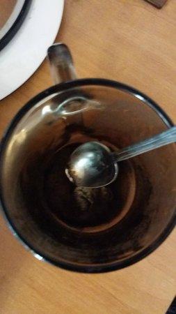 Momotown Hostel : Taza de café con dos dedos de moho y cucharilla pegada.