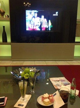 H10 Estepona Palace: sala de television