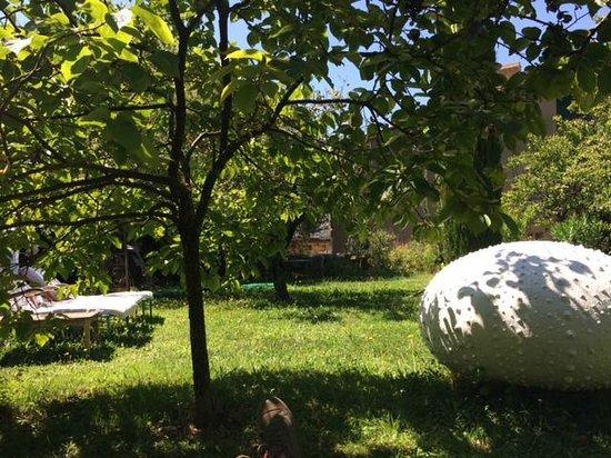 Le jardin avec des oeuvres d 39 art et des arbres fruitiers for Chambre avec vue