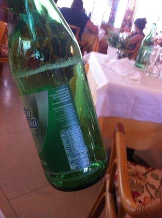 Hotel Antares : Le bottiglie di acqua naturale del ristorante incrostate di calcare