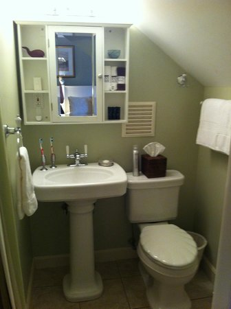Inn on the Sound : Sippewisset Lake bathroom - very clean!
