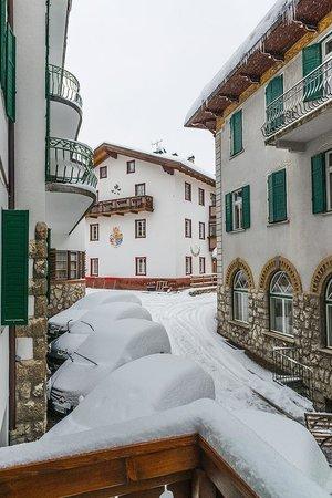 Hotel Montana: Вид с балкона на улочку