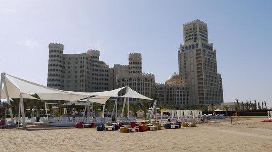 Al Hamra Village Golf & Beach Resort : море/пляж