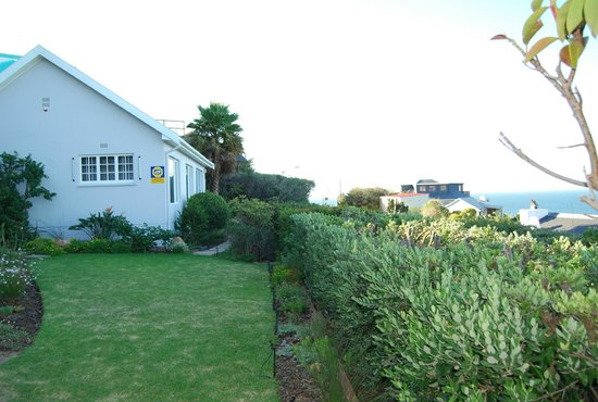 Seagetaway Self Catering Accommodation: Cottage garden