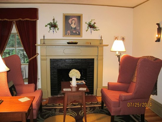 Timbercliffe Cottage Bed & Breakfast Inn: Chauncey Keep Chamber - Sitting Area