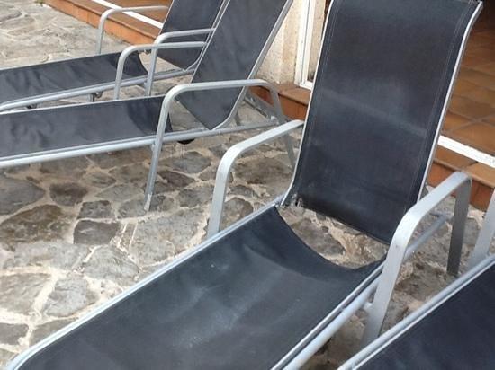 Mar Senses Puerto de Pollensa & Spa: broken sunbeds around the pool