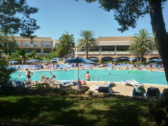 Hotel Apartamentos Princesa Playa : Main part of Hotel and Pool