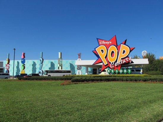 Disney's Pop Century Resort: Vista del frente del hotel!