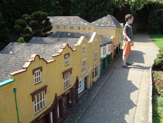 Godshill Model Village: Nice little street.