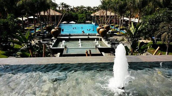 Dusit Thani LakeView Cairo : clean pool and lovely fountains