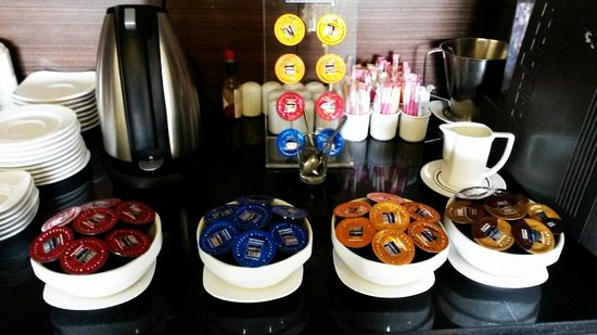 Dusit Thani LakeView Cairo: coffee and tea station at the club lounge