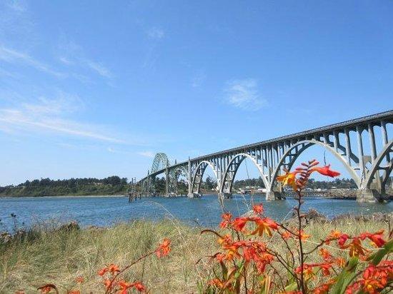 Yaquina Bay Bridge: Bridge from the south jetty