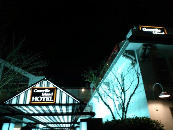 Granville Island Hotel: ホテルの入り口です
