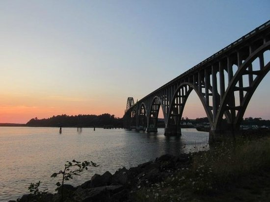 Yaquina Bay Bridge: At sunset from the south side