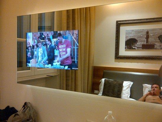 Hotel Embassy: TV inserida no espelho
