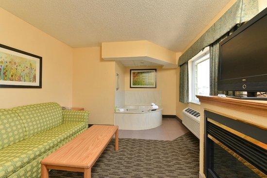 AmericInn Lodge & Suites Rehoboth Beach: king whirlpool suite