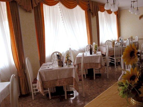 Sala da pranzo albergo stella alpina molveno foto di - Foto sala da pranzo ...