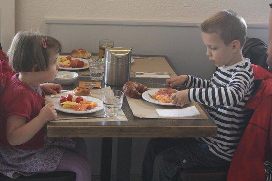 Hotel Neufeld: Kinder beim Frühstück