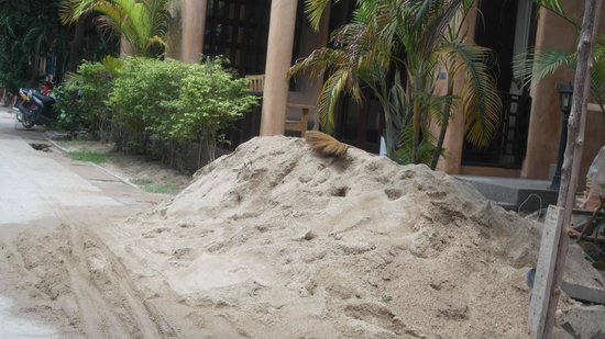 Wind Beach Resort: sand pit next to my room