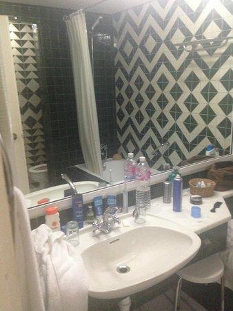El Hana Hannibal Palace Hotel: Bathroom wash area