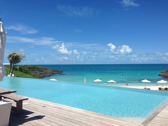The Cove Eleuthera : View of the sea behind the  pool
