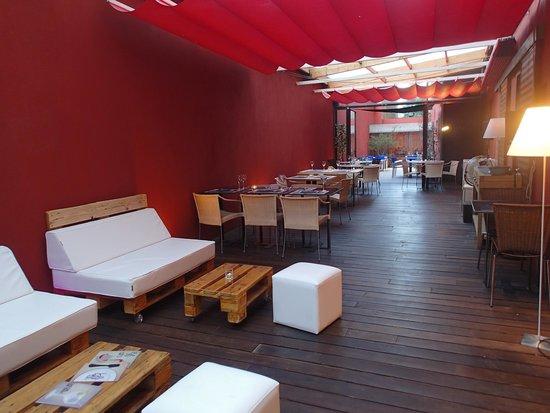 mosicopa terraza interior con zona chill out y terraza exterior para fumadores