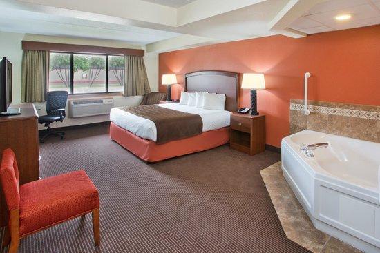 AmericInn Hotel & Suites Grand Forks: king whirlpool suite