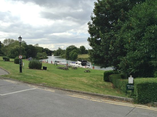 Shillingford Bridge Hotel: view as coming out of hotel