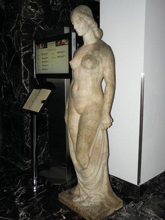 Arcotel Kaiserwasser: одна из скульптур в лобби