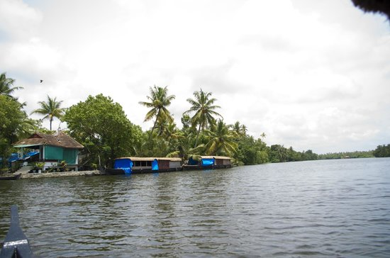 Back Water Farm House: a view of the corner room and houseboats that they rent