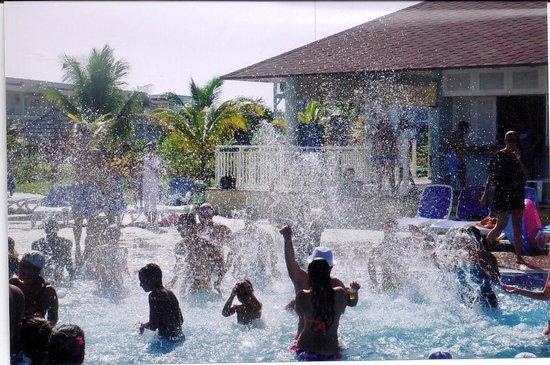Memories Flamenco Beach Resort : Pool Party in Paradise