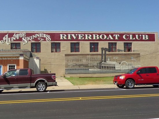 Auntie Skinner's Riverboat Club: Outside
