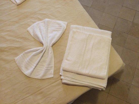 Mastrarua Hotel: Particolare letto e asciugamani