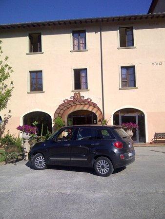 Park Hotel le Fonti: Entrada do hotel e estacionamento
