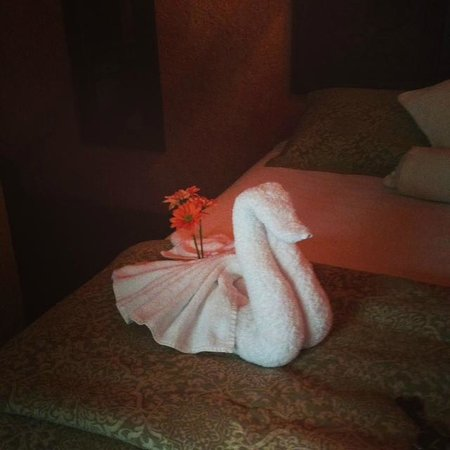 D'Leyenda Hotel: swan towels!