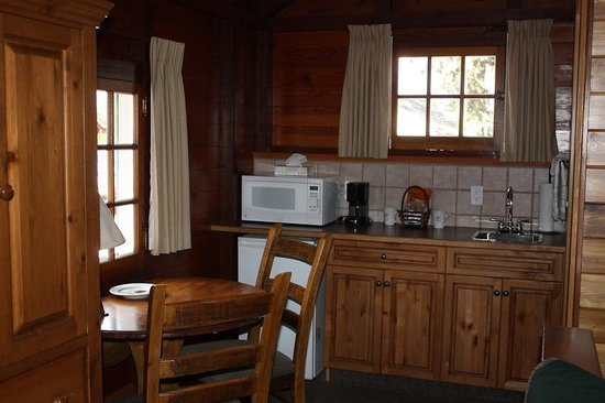 Paradise Lodge & Bungalows: Kitchenette and Dining area